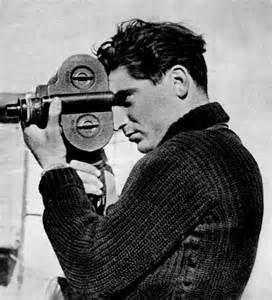 Robert Capa mentre fotografa