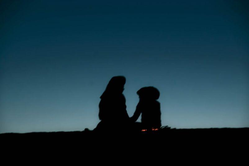 due figure in penombra sulla duna