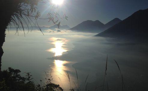 lago atitlan all'alba