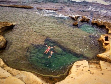 Nuotatori a Sliema a Malta