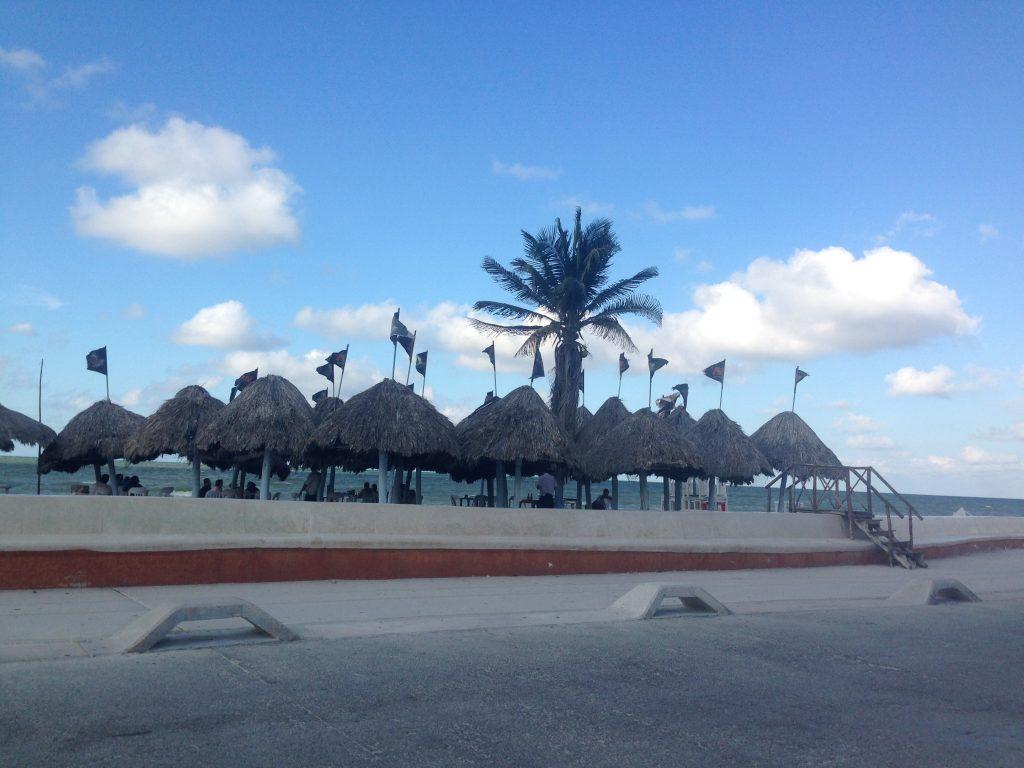 Ombrelloni di paglia in spiaggia