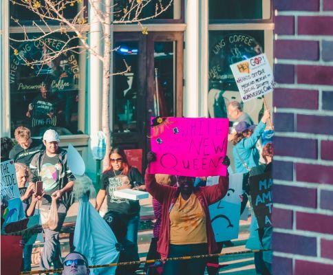 Immagine di manifestanti con cartelli