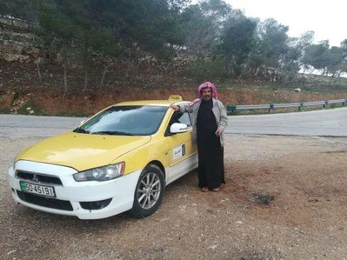 Ahmed il tassista e il suo taxi giallo e bianco