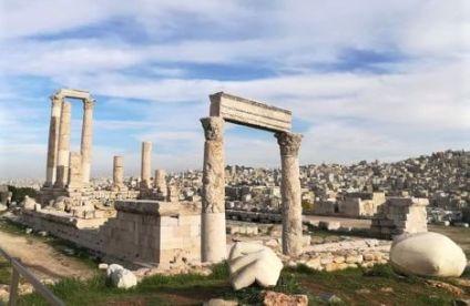 Resti romani di colonne e una mano nella cittadella di Amman
