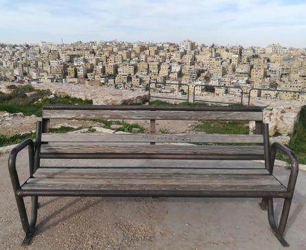 Panchina nella Cittadella con vista sulla città di Amman