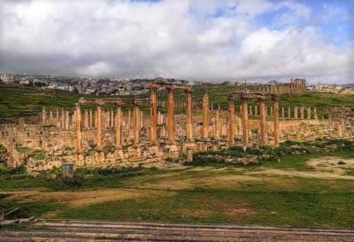 Colonne lungo la via principale della città di Jerash