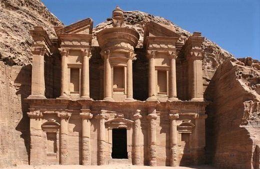 Foto di un templo scavato nella roccia a Petra